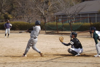 DSCF42682回表果実連二死三塁から8番が中越え二塁打を放ち1対1の同点とする
