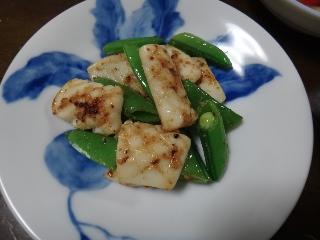 塩麹イカとスナックエンドウの炒め物