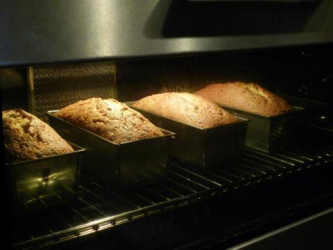 梅のパウンドケーキ 焼成中