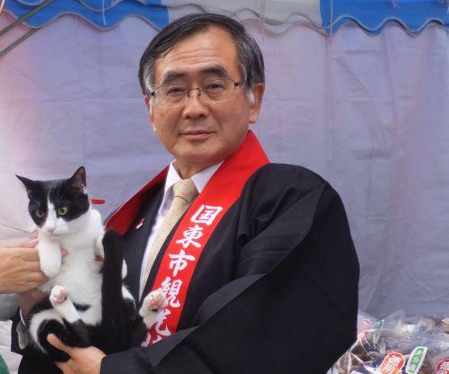 国東市三河明史市長と猫ジャンヌ500