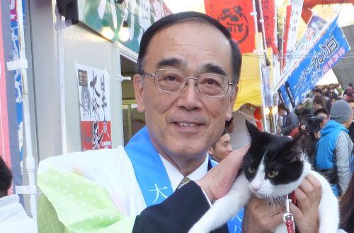 臼杵市中野五郎市長と猫ジャンヌ 頭なでなでしてもらいました。
