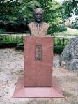 畑和氏の銅像