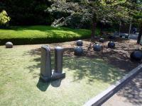 石の彫刻作品「ある会話」「二つの形」「化石」