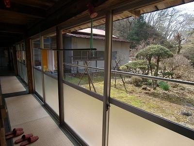 窓から建物側