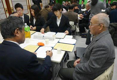 板谷会長も締結書に署名・調印