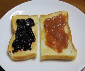 ルバーブジャム(右)とパン