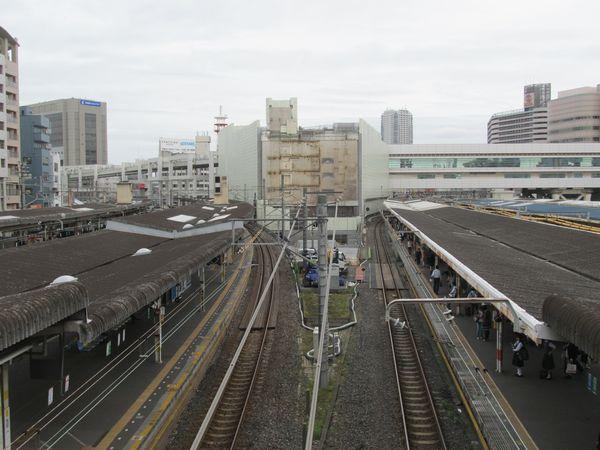 西口駅舎から見た千葉駅構内。正面の駅ビル「ペリエ」は解体工事が本格化している。