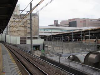 7番線ホームから見た解体工事中のペリエ1。増築されたバルコニーと非常階段が取り外され、創建当時のタイル張りの壁面が見えるようになった。