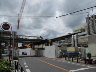 西側のJR東日本千葉支社ビル前付近にある作業スペース。道路をまたいで展開されている。