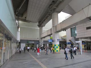 東口駅前広場から駅ビルを見る。解体工事用の防音壁で覆われている。