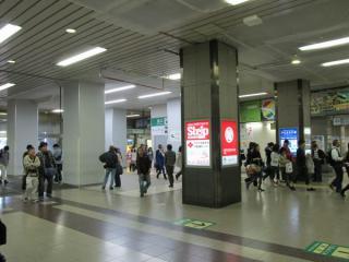 駅ビル1階の改札口。中央にあったペリエ1に出入りする階段は撤去された。