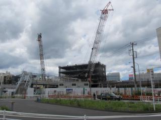 再開発ビルの建設が始まった西口。