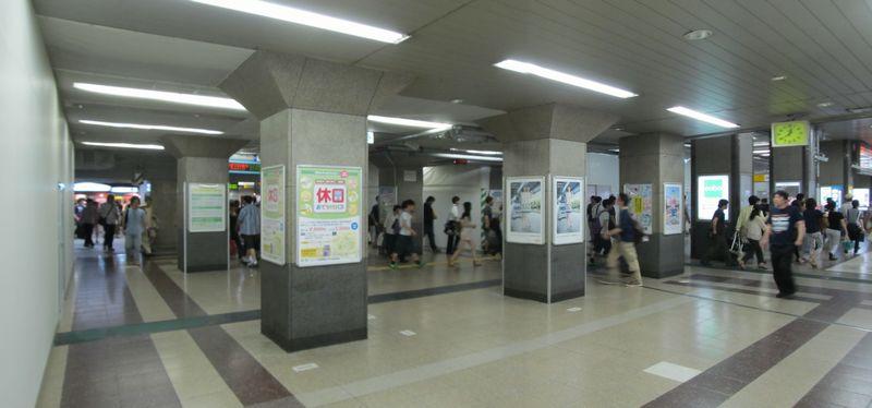 1~6番線へ向かう通路。左側の壁は券売機跡。