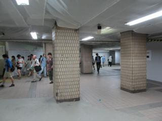 高架下の店舗跡を通過する7~10番線へ向かう通路。