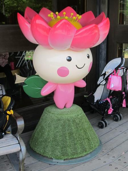 蓮華亭のテラスにある千葉市のシンボルキャラクター「ちはなちゃん」。