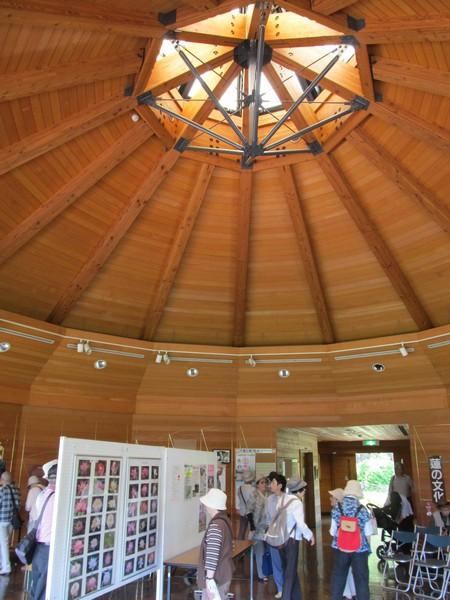 蓮華亭の内部。木材をふんだんに使用しており、暖かみのある雰囲気となっている。