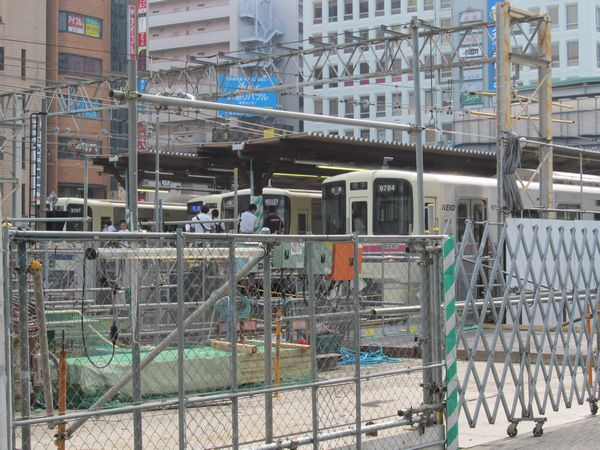 調布駅地上ホームに停車中の京王線・相模原線の列車。ホーム先端には最後の風景を記録する人たちが集う。