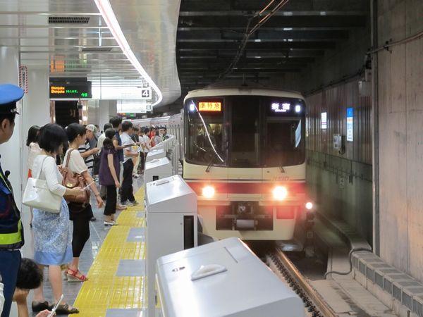 調布駅地下ホームに入線した京王8000系