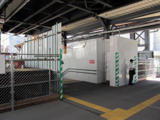 東口の地上出入口は旧軌道敷のど真ん中に作られた。