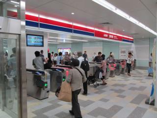 調布駅中央改札口。自動改札機は全部で10台設置されている。