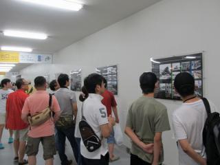 壁には京王電鉄や調布駅の歴史を解説したパネルが設けられている。