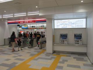 調布駅東改札口。