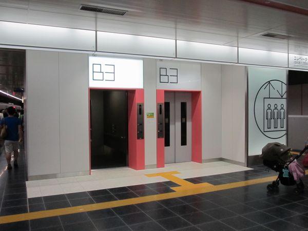 エレベータは2台が並んで設置されている。かごの到着時は上部にある階数の文字部分全体が点滅する。