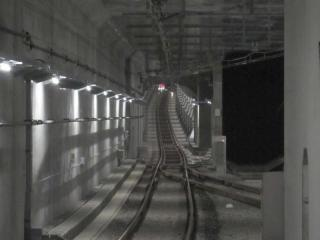 ホーム端から新宿方面を見る。右のトンネルは将来の複々線化のため準備された空間であると思われる。