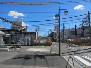 使用停止となった布田駅前の踏切。左端に見える階段は地上時代の仮設橋上駅舎。