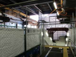 新宿寄りにある階段。柵の左側は旧軌道で、右の階段はホーム床板を取り外して設置された。