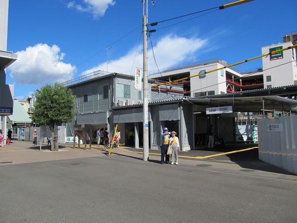 国領駅の仮設駅舎。本来の駅舎は背後で建設中。