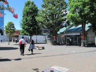 調布駅南口の旧橋上駅舎入口(右)と地下駅舎入口