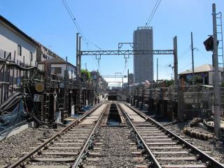 柴崎4号踏切から地下へ降りる線路を見る。