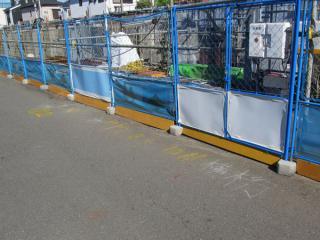 線路脇の道路上には重機や資材の設営位置がチョークで書かれていた。