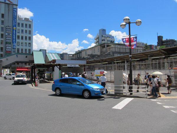 調布駅北口。
