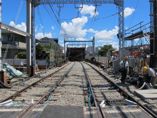 京王線調布~西調布間は旧軌道桁を真上に持ち上げ、地下の線路と接続した。