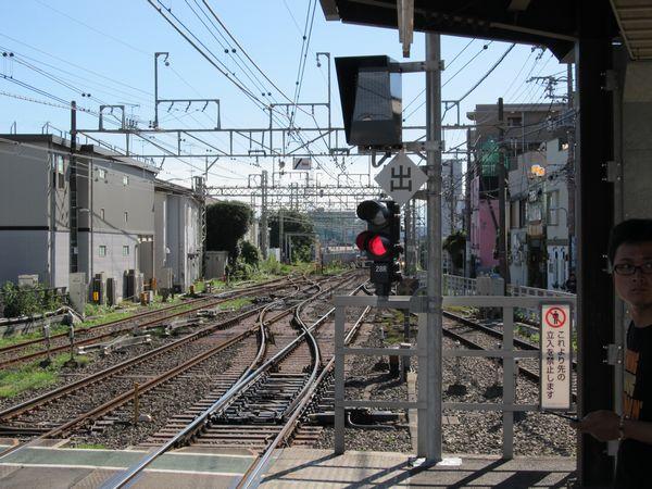 つつじヶ丘駅3番線調布方に新設された列車種別表示器とATC出発標識。片渡り線は奥の留置線に出入りするため以前から設置されていた。