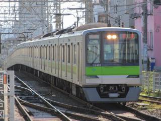 調布駅から回送されてきた調布止まりの相模原線の列車がつつじヶ丘駅3番線に到着。