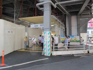 橋上駅舎の反対側にも小さい階段が設けられた。
