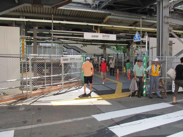調布駅東口入口。