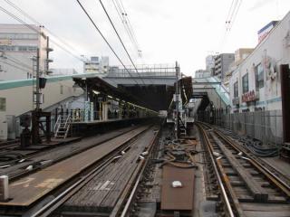 調布駅新宿方の踏切から駅構内を見る。