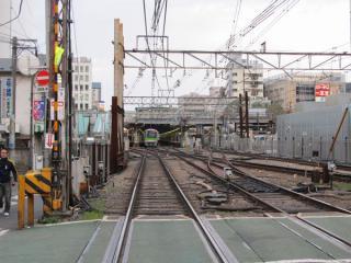 調布駅京王八王子方の踏切から駅構内を見る。