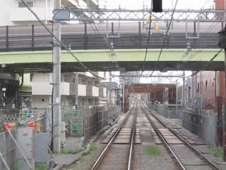 相模原線下り列車から相模原線の地下出口を見る。こちらも線路を囲むように枠が設置されている。