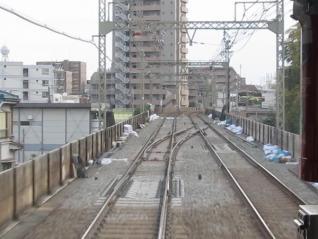 下り列車から京王多摩川駅手前に新設中の渡り線を見る。