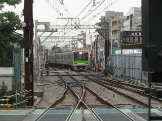 調布駅新宿方の本線上で折り返す相模原線の区間列車。