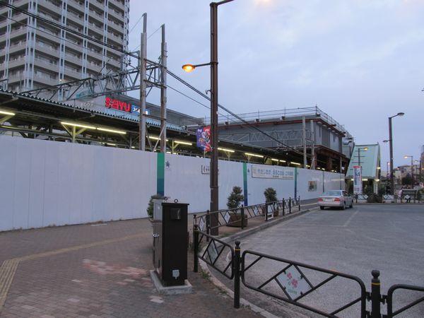 国領駅南側の駅前広場から駅舎を見る。仮駅舎の手前に地下化完成後使用する新駅舎の建設が開始された。