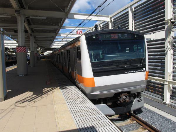 5月に使用を開始した武蔵小金井駅4番線に停車中の中央線快速東京行き