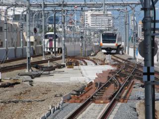 3・4番線ホーム端から高尾方面を見る。手前のシーサスは入出庫線との接続部分が未完成。