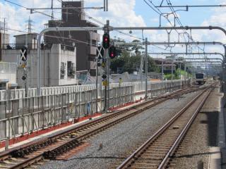 1番線ホームから東京方面を見る。信号機の設置が進む。