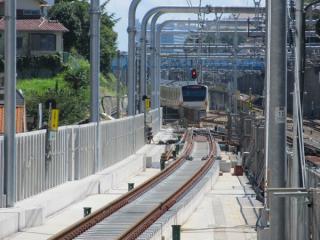 2・3番線ホームから東京方面を見る。3番線の軌道敷設は消音バラスト散布を除き完了している。